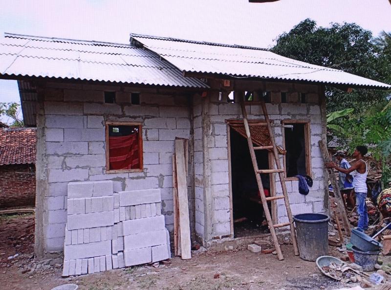 Pembangunan rumah layak huni bagi bagi masyarakat miskin di Kabupaten Tangerang. Medcom.id/Hendrik Simorangkir
