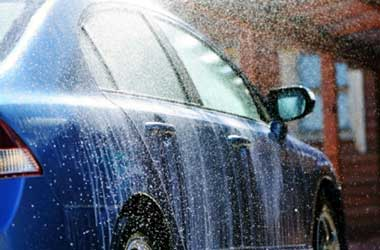 Gunakan air bersih saat cuci mobil cegah jamur kaca cepat