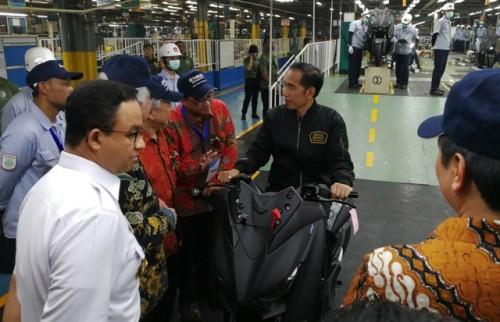 Presiden Joko Widodo saat mencoba salah satu motor Yamaha. Foto: