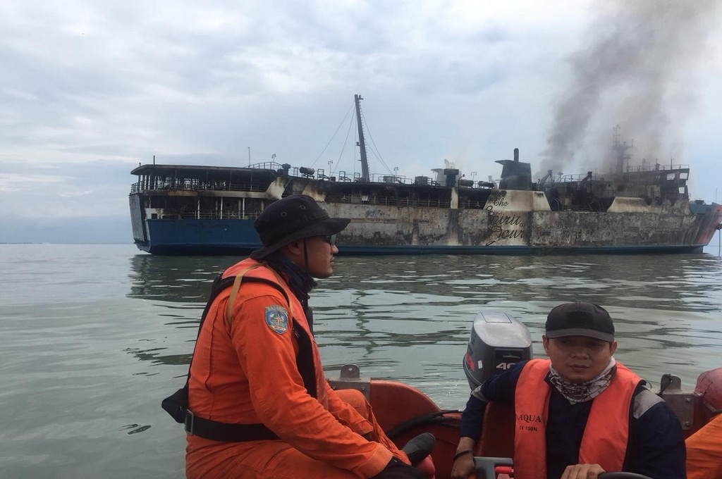 Petugas SAR berada di lokasi kapal terbakar di perairan Gresik, Senin, 3 Desember 2018, dok: SAR Surabaya