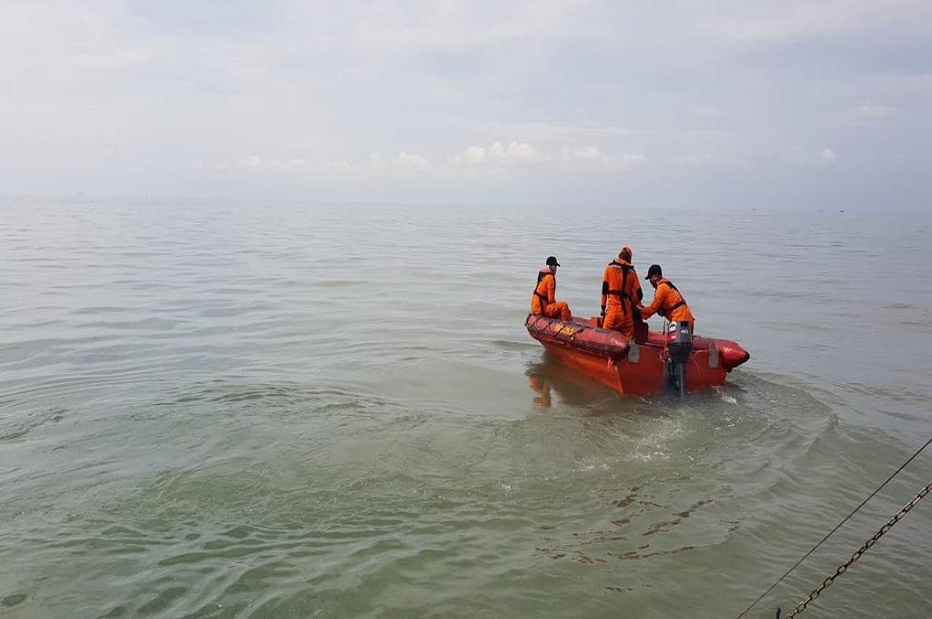 Tim mencari tiga korban kapal tenggelam di perairan Gresik, dok: SAR Surabaya