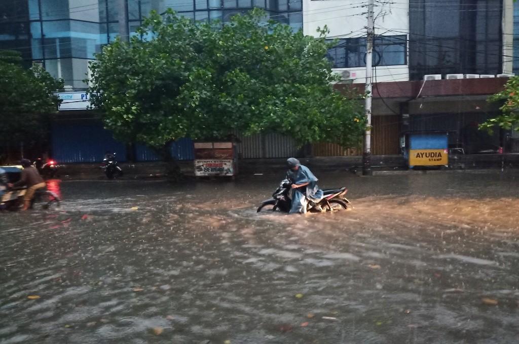 Pengendara sepeda motor mendorong kendaraannya karena banjir merendam beberapa jalan di Kota Semarang, Senin, 3 Desember 2018, Medcom.id - Budi Arista