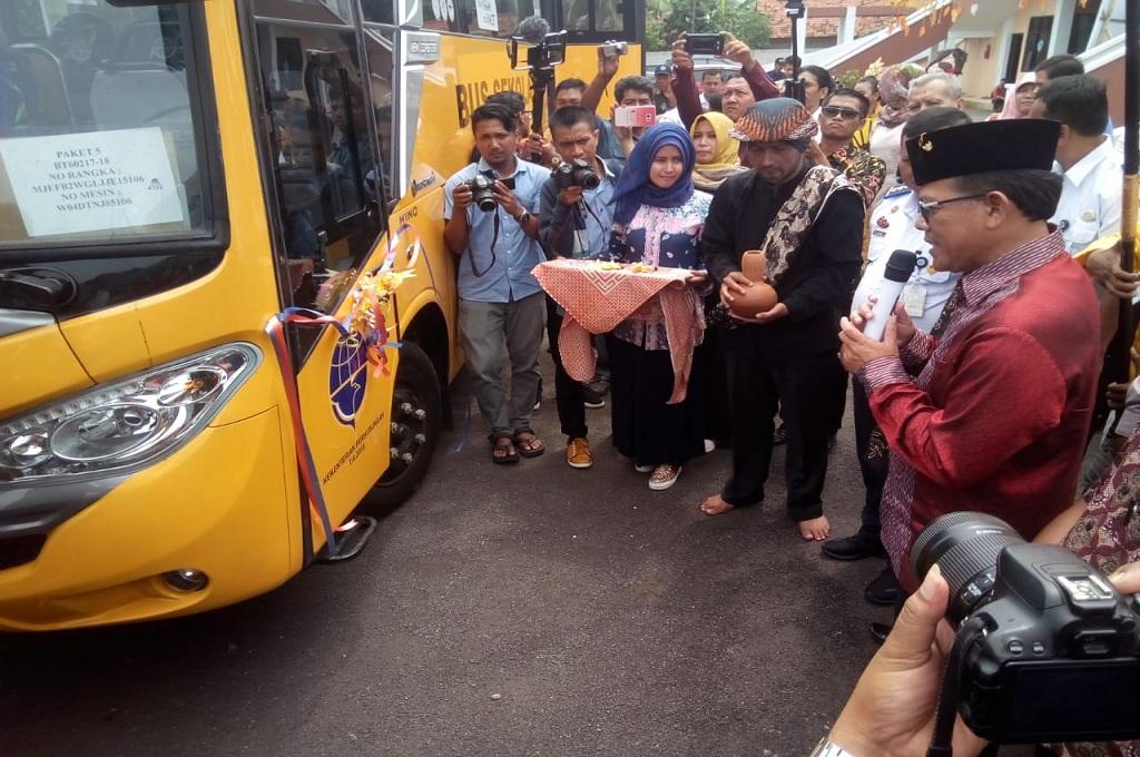 Prosesi penyerahan bus di Universitas Wiralodra Indramayu, Medcom.id - Rofahan