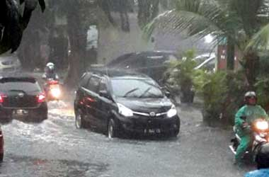 Perhatikan kondisi rem setelah terobos genangan air atau banjir.