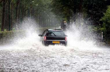 Jaga intake udara dari air biar tidak mogok saat terobos banjir.