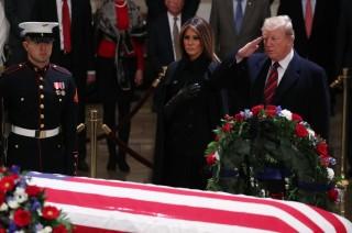 Trump Beri Penghormatan Terakhir untuk Bush Senior
