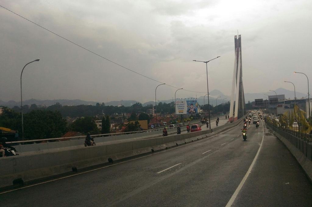 Suasana lalu lintas di Jembatan Layang Pasopati, Kota Bandung, Selasa 4 Desember 2018, Medcom.id - Roni Kurniawan