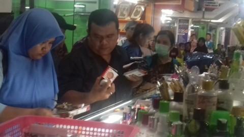 Puluhan Karyawan Toko Kosmetik di Batam Kocar-kacir Dirazia BPOM