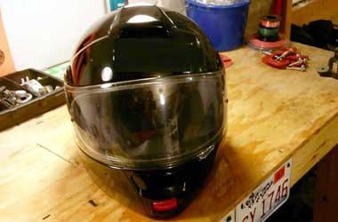 Kaca helm yang bersih menjaga konsentrasi berkendara.