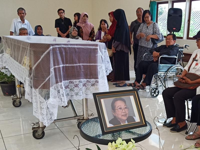 Pelayat memberikan penghormatan terakhir, dengan salat jenazah dan berdoa didepan jenazah NH Dini, Rabu 5 Desember 2018. Medcom.id/Budi Arista Romadhoni
