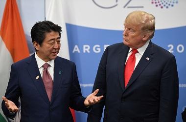 Presiden AS Donald Trump mendengar penjelasan PM Jepang Shinzo