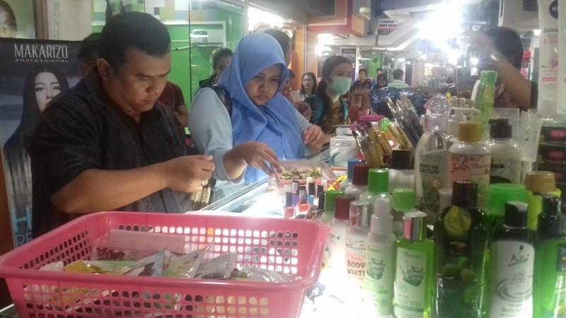 Petugas BPOM Kepri dan Disperindag Kota Batam menyita kosmetik ilegal di beberapa toko di Avava Mal.