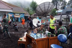 Polres dan TNI Bersihkan Tumpukan Material Longsor di Lumajang
