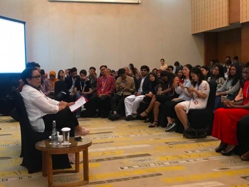 Menlu Retno Marsudi saat berinteraksi dengan 137 mahasiswa dari