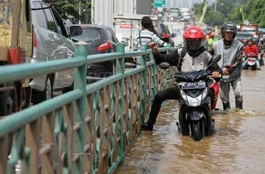 Perhatikan ketinggian air sebelum menerobos banjir. MI/Arya