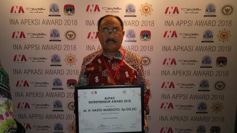 Wakil Bupati Kulon Progo, Sutedjo saat mewakili menerima penghargaan Bupati Enterpreneur Award 2018 dari Philip Kotler Center For ASEAN Marketing. Foto: Humas Pemkab Kulon Progo