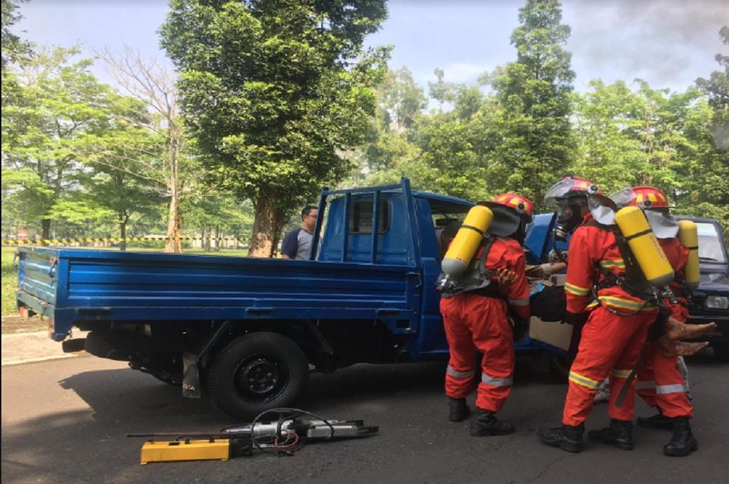 Petugas melakukan pelatihan menangani kecelakaan pada mobil yang mengangkut bahan radioaktif di Tangerang Selatan, 6 Desember 2018, Medcom.id - Farhan Dwi