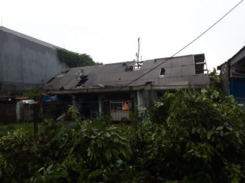 salah satu rumah rusak akibat diterjang angin puting beliung