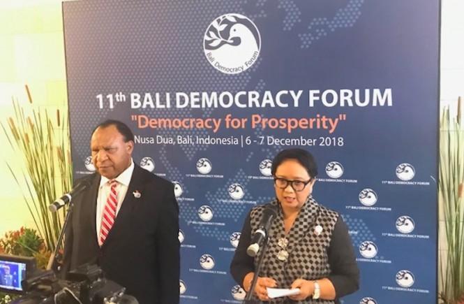 Menlu Papua Nugini Rimbink Pato dan Menlu Retno Marsudi usai pertemuan bilateral di Nusa Dua, Bali, Kamis 6 Desember 2018. (Foto: Fajar Nugraha/Medcom.id).