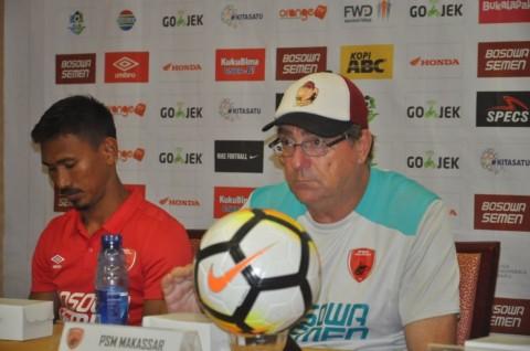 Pelatih PSM Makassar Rober Alberts didampingi Zulkifli Syukur
