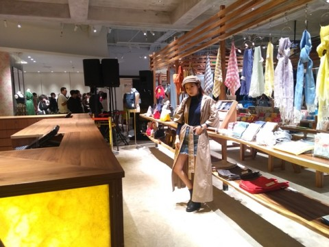 Salah satu pengunjung butik Lumine memadupadankan pakaian. Foto: