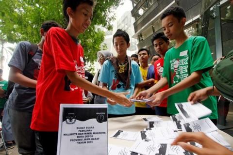Sejumlah pelajar SMA dan SMK mengambil surat suara saat