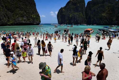 Maya Bay yang terletak di Pulau Phi Phi, Thailand. (Foto: AFP)