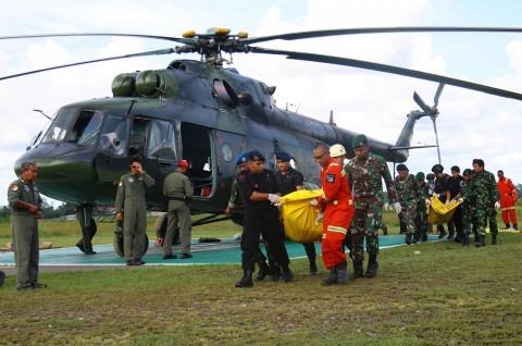 Tentara Indonesia mengevakuasi jenazah korban penembakan di