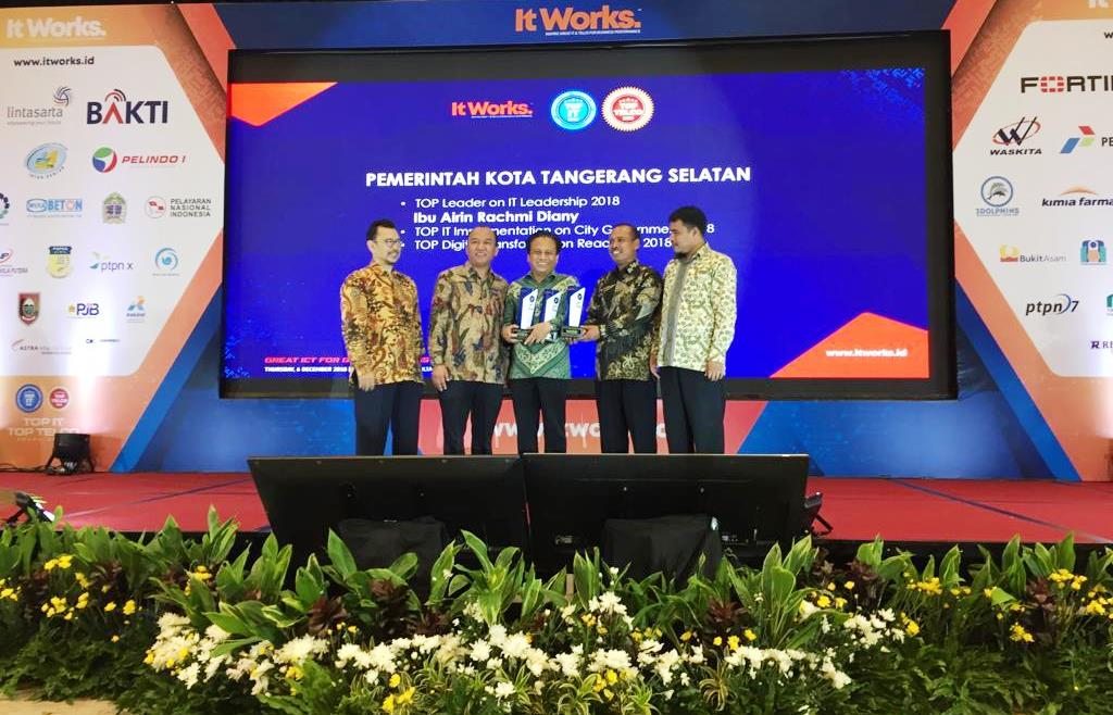 Pemkot Tangerang Selatan (Tangsel) dan Wali Kota Tangsel Airin Rachmi Diany meraih penghargaan Top IT & Telco 2018 (Foto:Dok.Pemkot Tangsel)