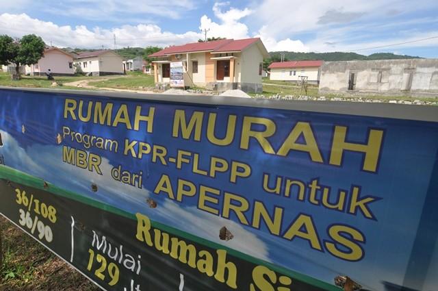 Spanduk pemasaran rumah murah bersubsidi di Sigi, Sulawesi Tengah. Antara Foto/M Hamzah