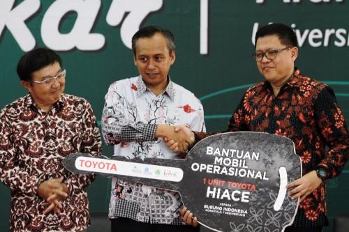 Toyota donasikan satu unit Toyota Hiace kepada Burung Indonesia.