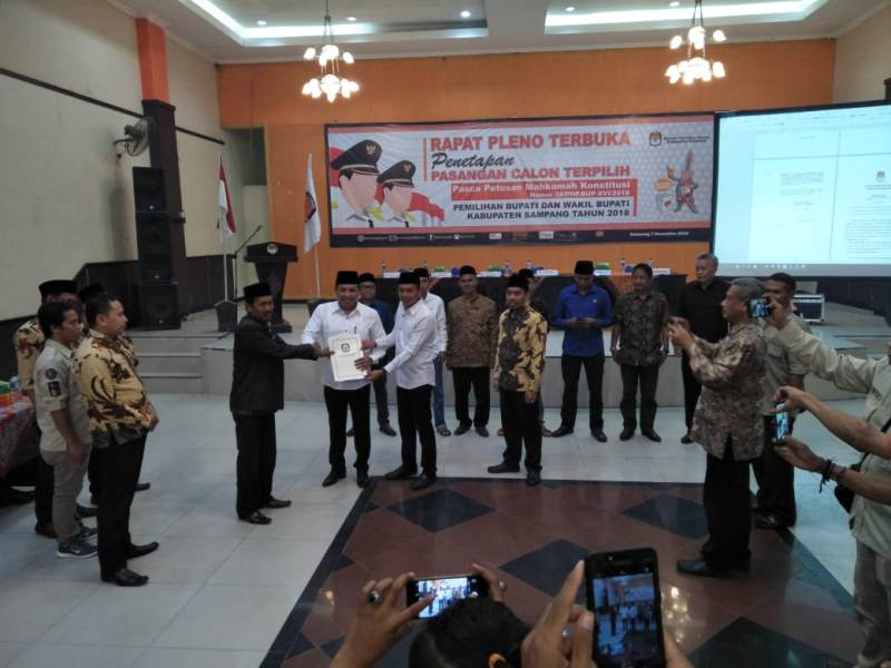 Selamet Junaidi dan Abdullah Hidayat saat menghadiri rapat pleno penetapan pemenang pilkada Sampang - Medcom.id / Rahmatullah