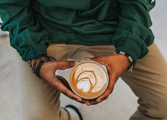 Ilustrasi minum kopi (Foto: Tyler Nix/Unsplash.com)