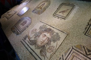 Fragmen dari mosaik Gypsy Girl dipamerkan di sebuah museum di