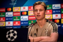 Pelatih Ajax Pastikan De Jong Bertahan Musim Ini