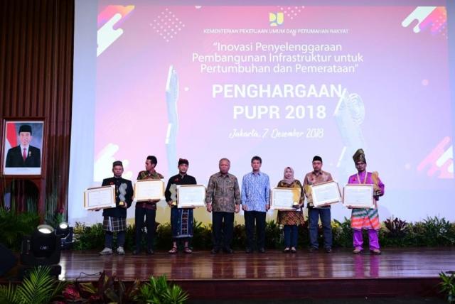Menteri Pekerjaan Umum dan Perumahan Rakyat Basuki Hadimuljono (keempat dari kiri) berfoto bersama penerima penghargaan PUPR 2018, di Jakarta, kemarin. Foto Dok.PUPR