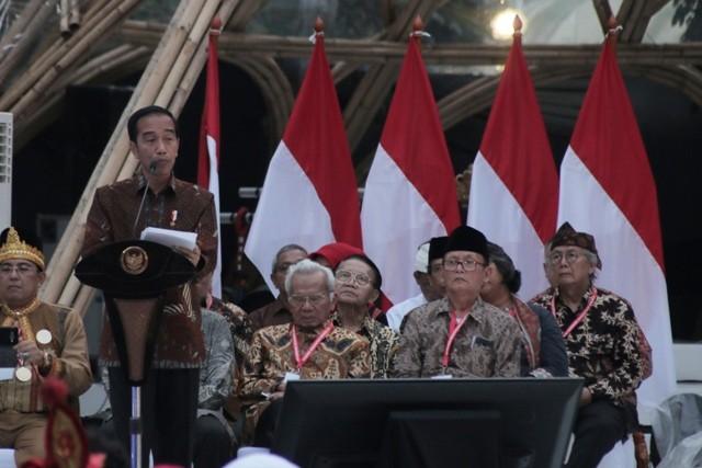 Presiden Joko Widodo (kiri) memberikan sambutan pada Kongres Kebudayaan Indonesia 2018 di Jakarta, Minggu (9/12/2018). Foto: Rivan Awal Lingga/Antara