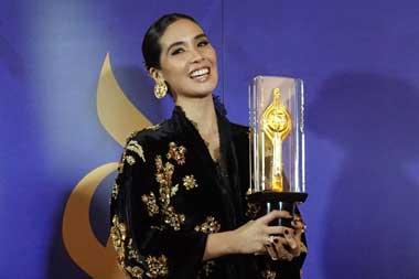 Marsha Timothy berpose dengan Piala Citra Aktris Terbaik 2018