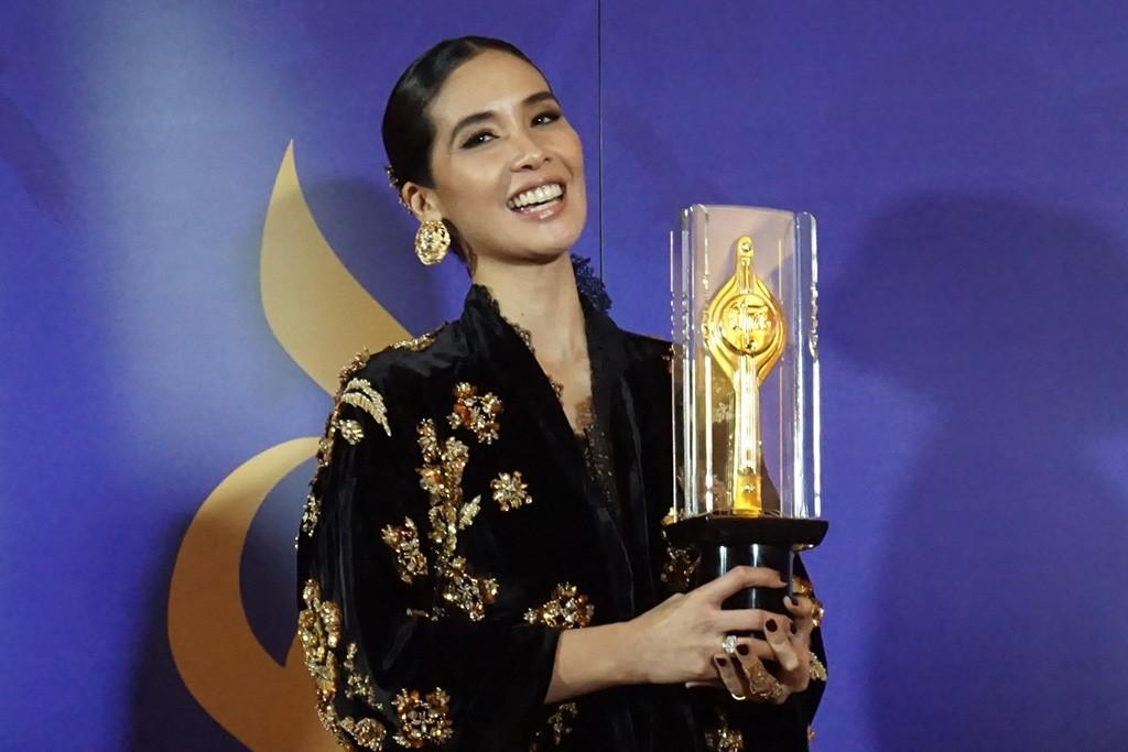 Marsha Timothy berpose dengan Piala Citra Aktris Terbaik 2018 (Foto: Medcom.id/Purba Wirastama)