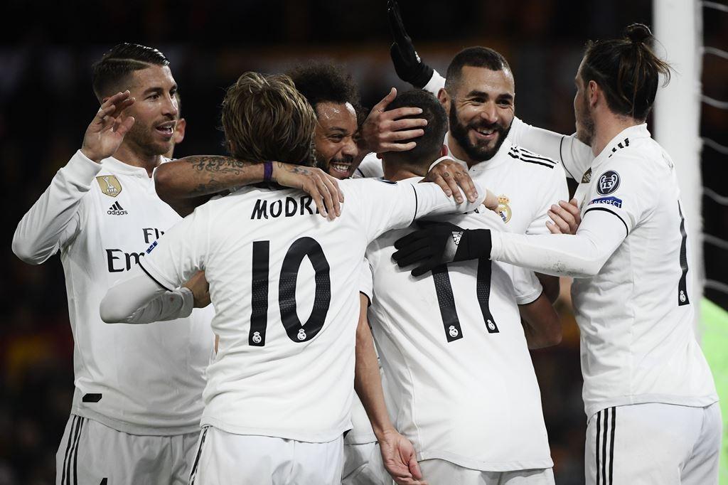 Pemain Real Madrid merayakan gol yang dicetak Gareth Bale (kanan) ke gawang Huesca (AFP/Filippo Monteforte)
