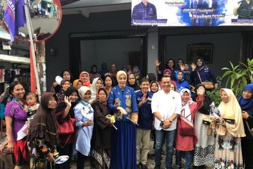 Calon legislatif Partai NasDem Okky Asokawati (tengah) saat
