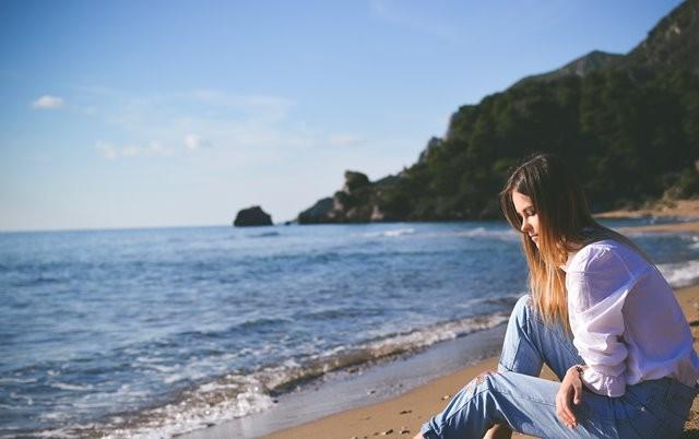 Banyak wanita mengalami kembung dalam dua minggu menjelang haid mereka. (Foto: Tamara Bellis/Unsplash.com)