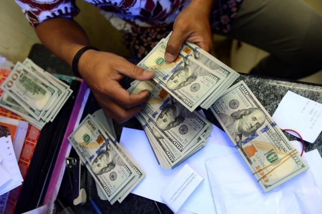 Kurs dolar AS diperdagangkan melemah terhadap sebagian besar mata uang utama (Foto: AFP).