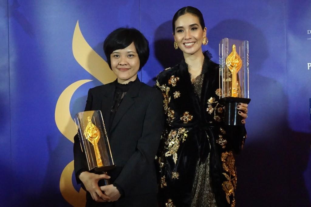 Sutradara-penulis Mouly Surya dan aktris Marsha Timothy berpose dengan trofi Piala Citra yang mereka dapatkan lewat film Marlina Si Pembunuh dalam Empat Babak. Marlina juga terpilih sebagai film terbaik dan memboyong 10 penghargaan dari Festival Film Indo
