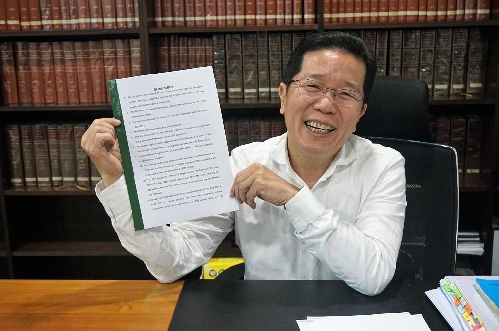 Pengacara Siti Aisyah, Gooi Soon Seng memegang berkas pembelaan Siti Aisyah. (Foto: Antara Foto/AGUS SETIAWAN)