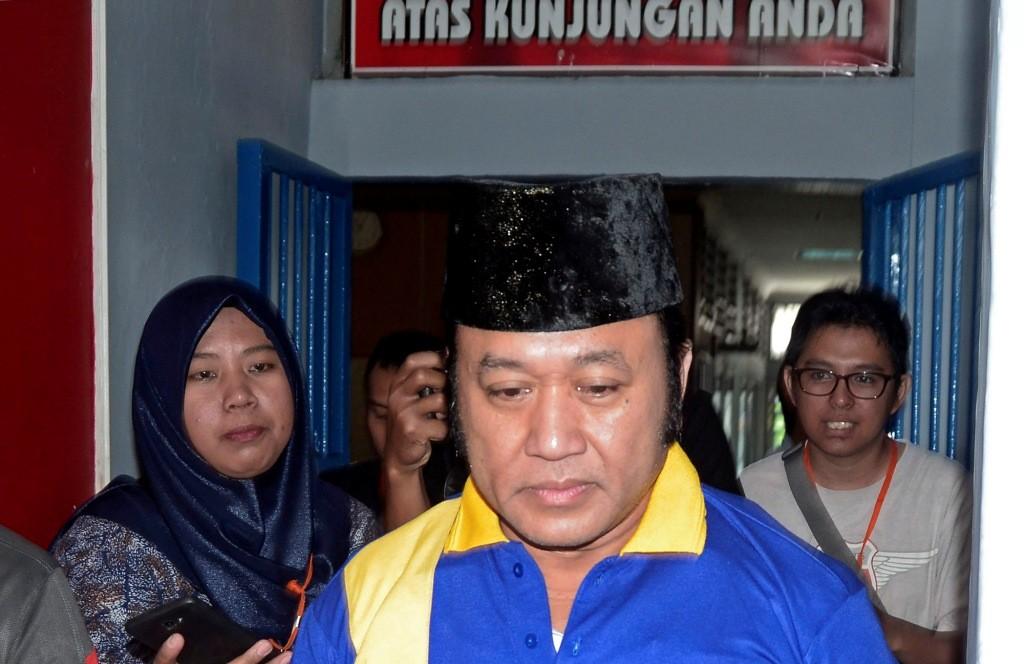 Bupati nonaktif Lampung Selatan Zainudin Hasan (tengah) memasuki ruang tahanan di Lapas Kelas 1A Bandar Lampung, Lampung. Foto: Antara/Ardiansyah.