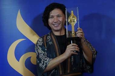 Gading Marten berpose dengan Piala Citra Aktor Terbaik 2018