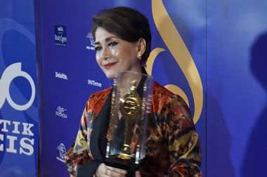 Widyawati bersama anugerah Lifetime Achievement Awards Festival