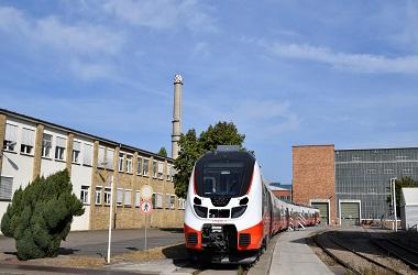 Sebuah kereta api melintas di Hennigsdorf dekat Berlin, Jerman,
