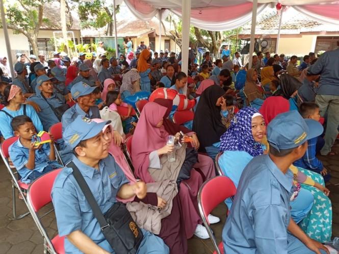 Para transmigran asal Jawa Tengah diberikan bekal untuk bercocok tanam di Kabupaten Sijunjung, Sumatra Barat, Senin, 10 Desember 2018. Medcom.id/ Budi Arista Romadhoni.